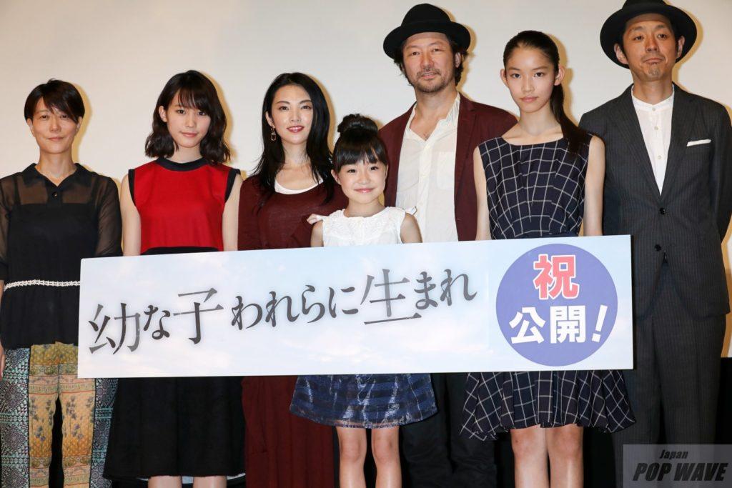 石田ニコルがウエコレに出演、ツーウェイ純白のドレスを可憐に披露