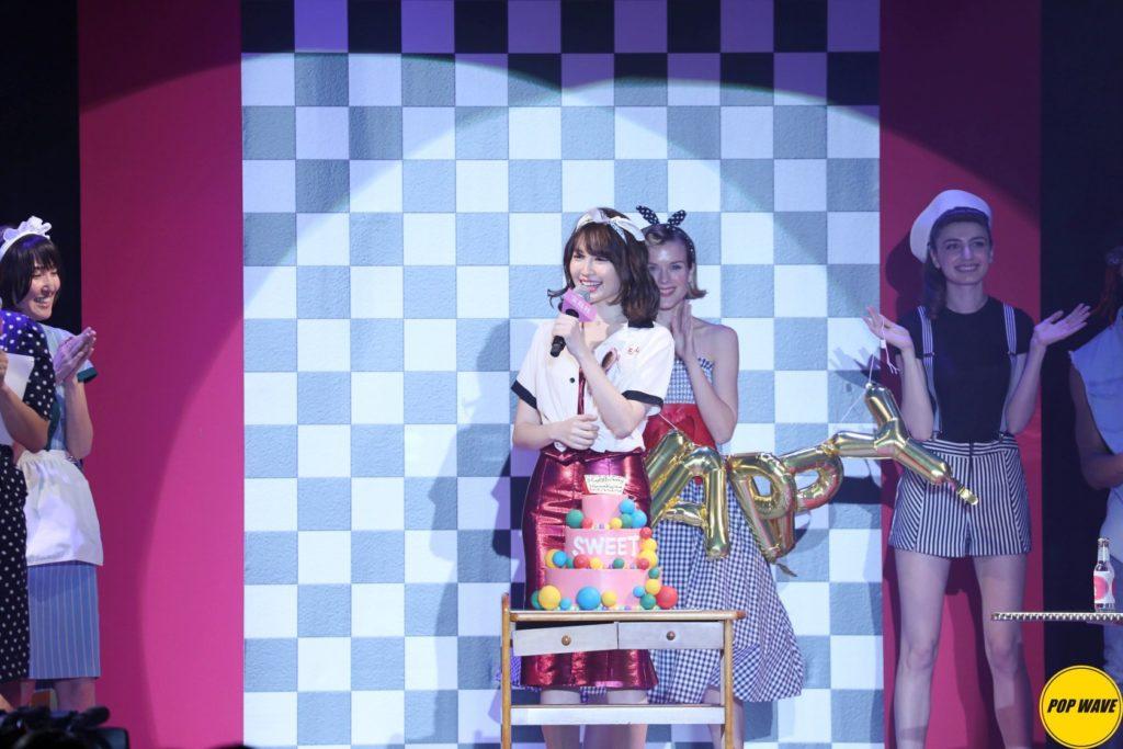 小嶋陽菜がSEXYな胸元を披露。「Sweet Collection 2017」