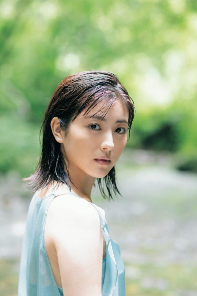 『浜辺美波写真集 20』が10月27日に発売。先行カット解禁